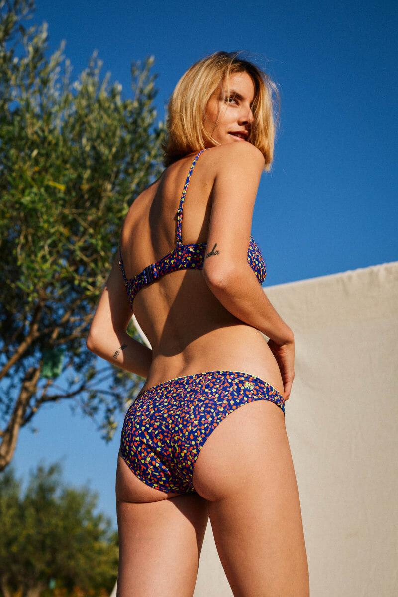 Femme portant un maillot de bain deux-pièces graffiti dos