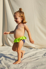 Petite fille portant une culotte de bain graffiti