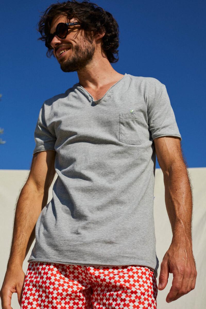 Homme portant un t-shirt gris col tunisien