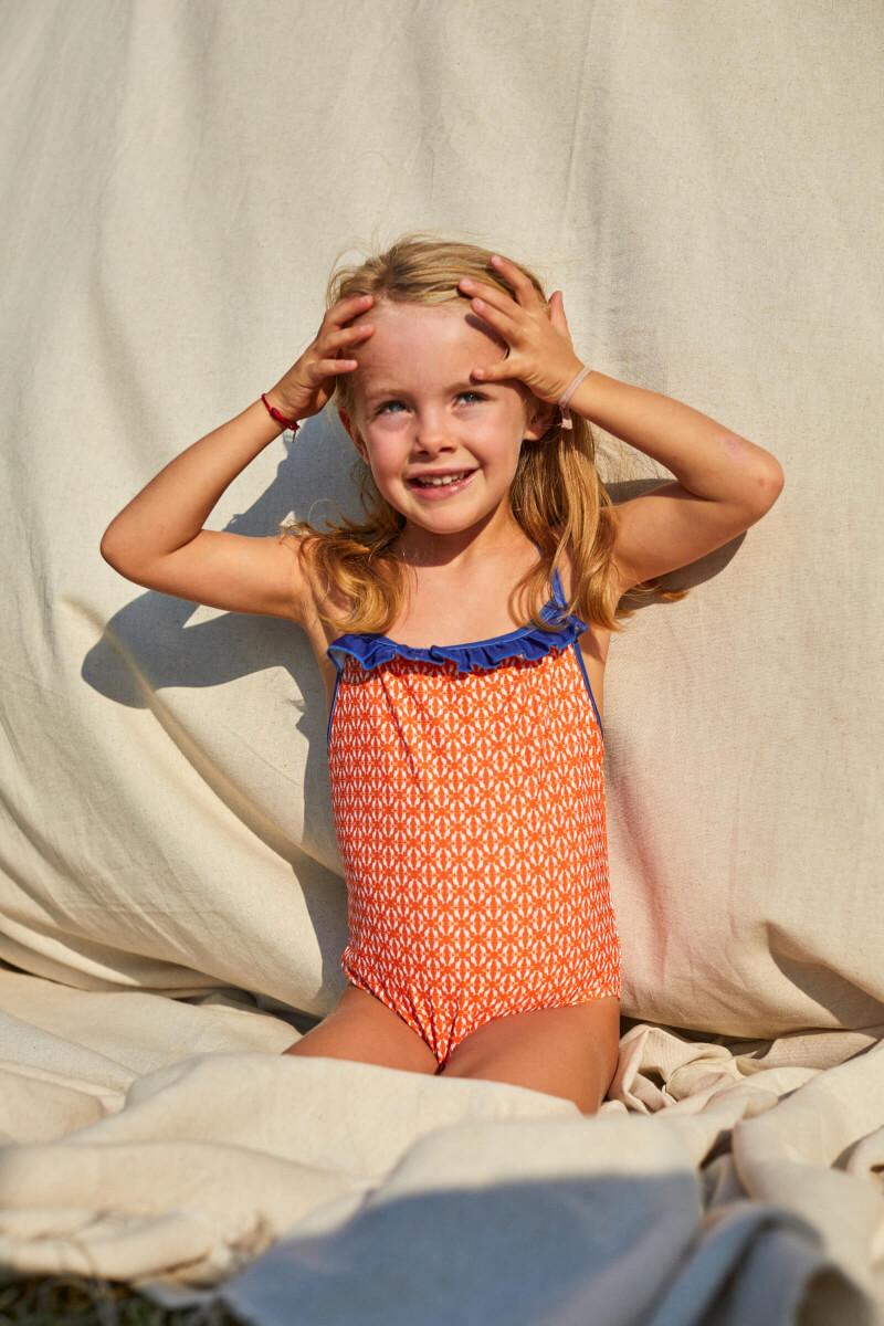 Fille portant un maillot de bain une-pièce orange kangaroos