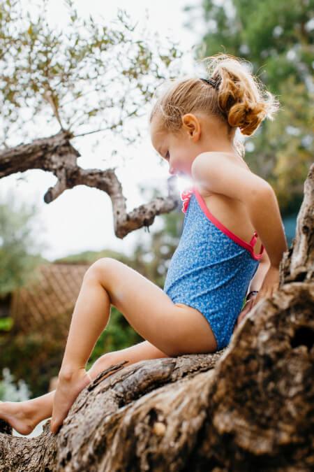 Petite fille portant un maillot de bain une-pièce Java Riviera