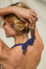 Femme portant un maillot de bain deux-pièces Navy Azulejos