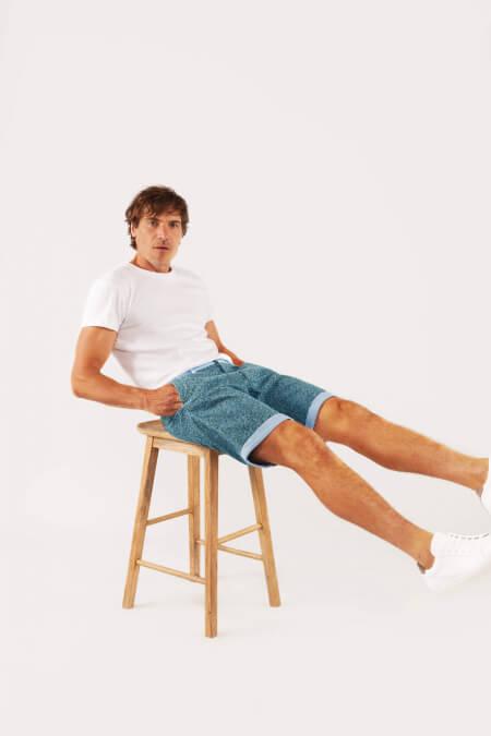 homme portant un bermudas le pantalon x gili's all over