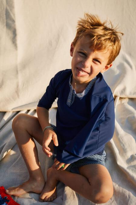 Kid wearing a anti UV t-shirt Navy Azulejos