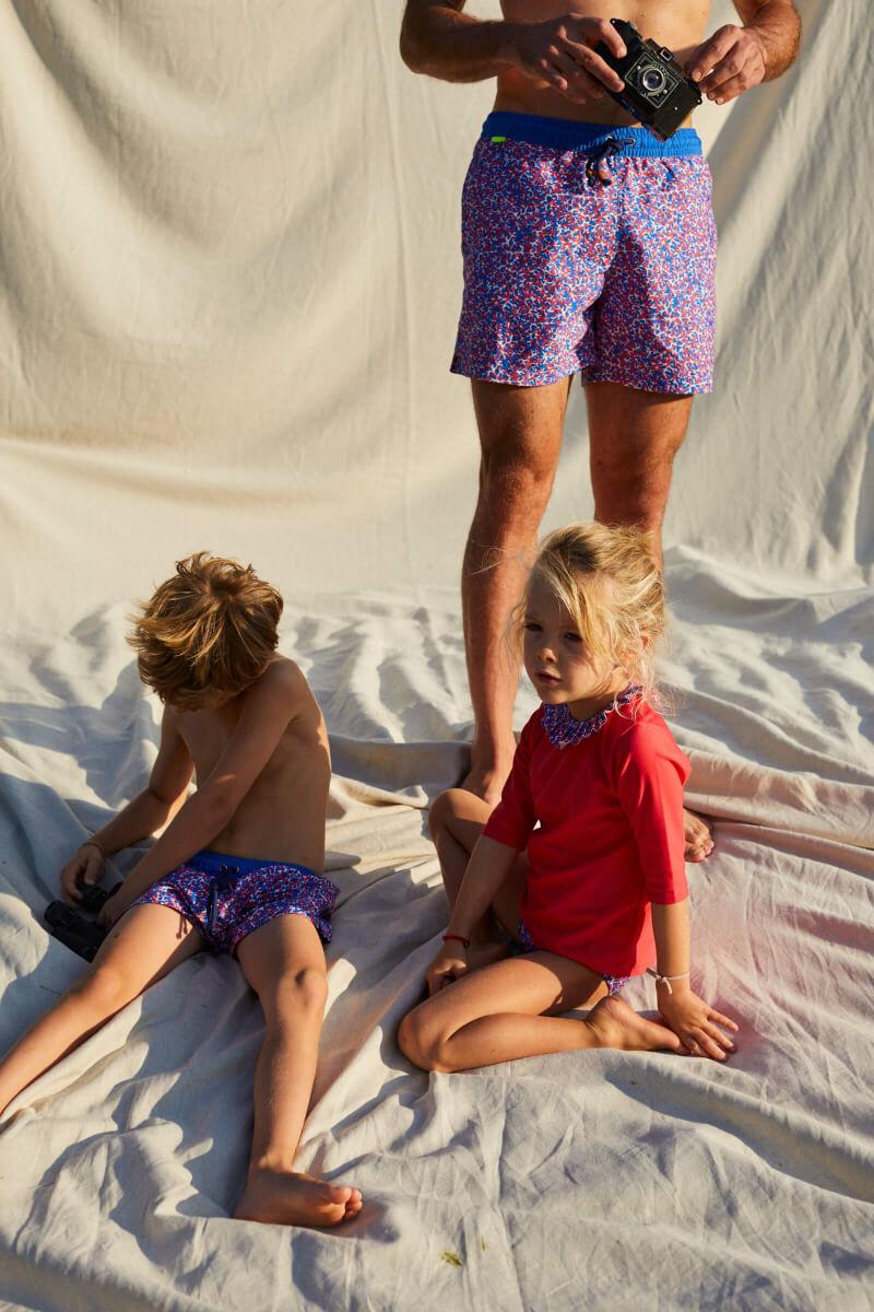 Garçon portant un maillot de bain à ceinture élastique Meno Pink Reef