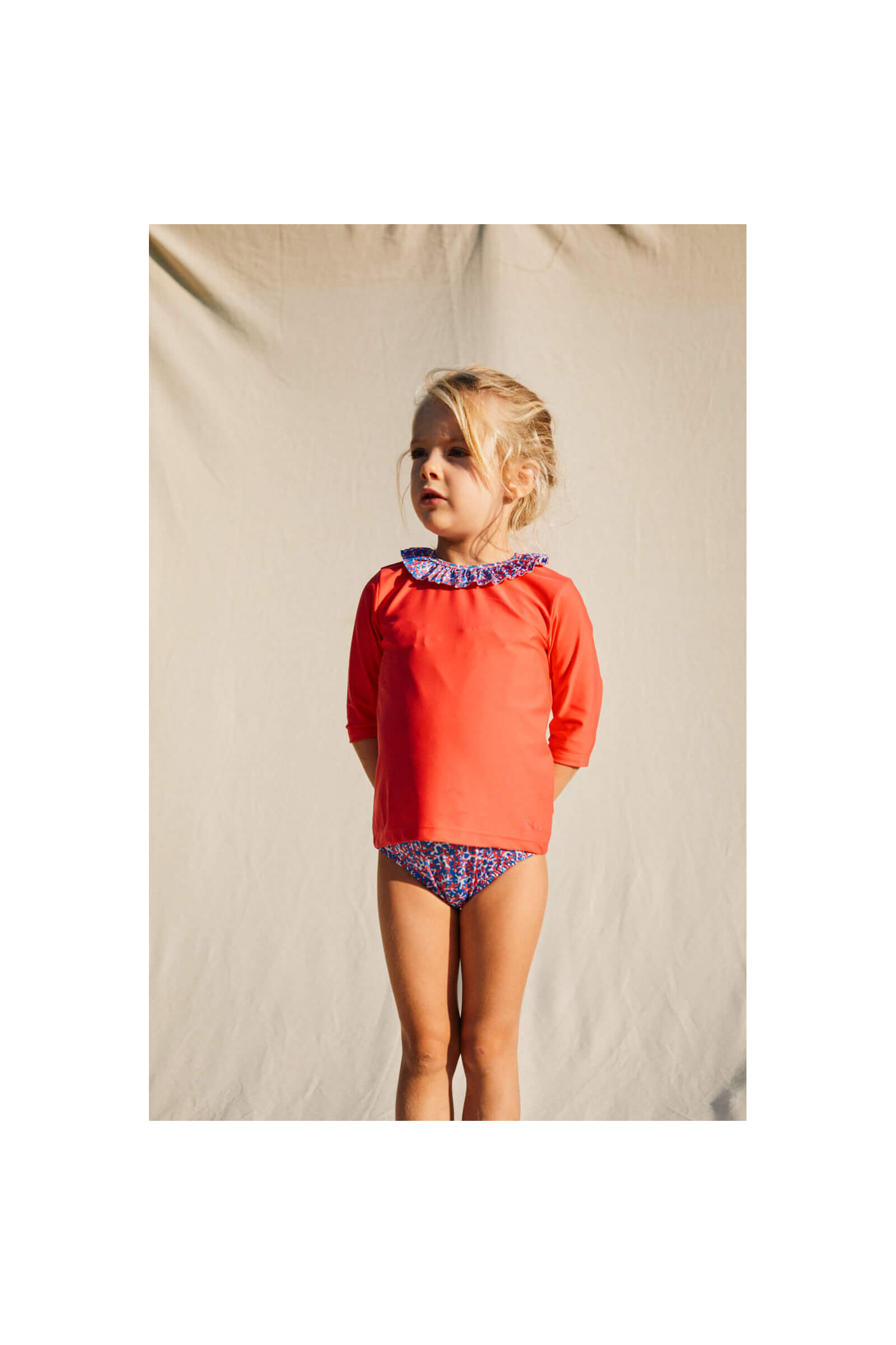 Petite fille portant un Top Anti-UV Pink Reef