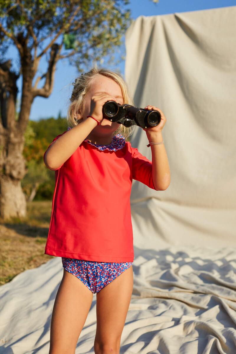 Petite fille portant un Top Anti-UV Pink Reef