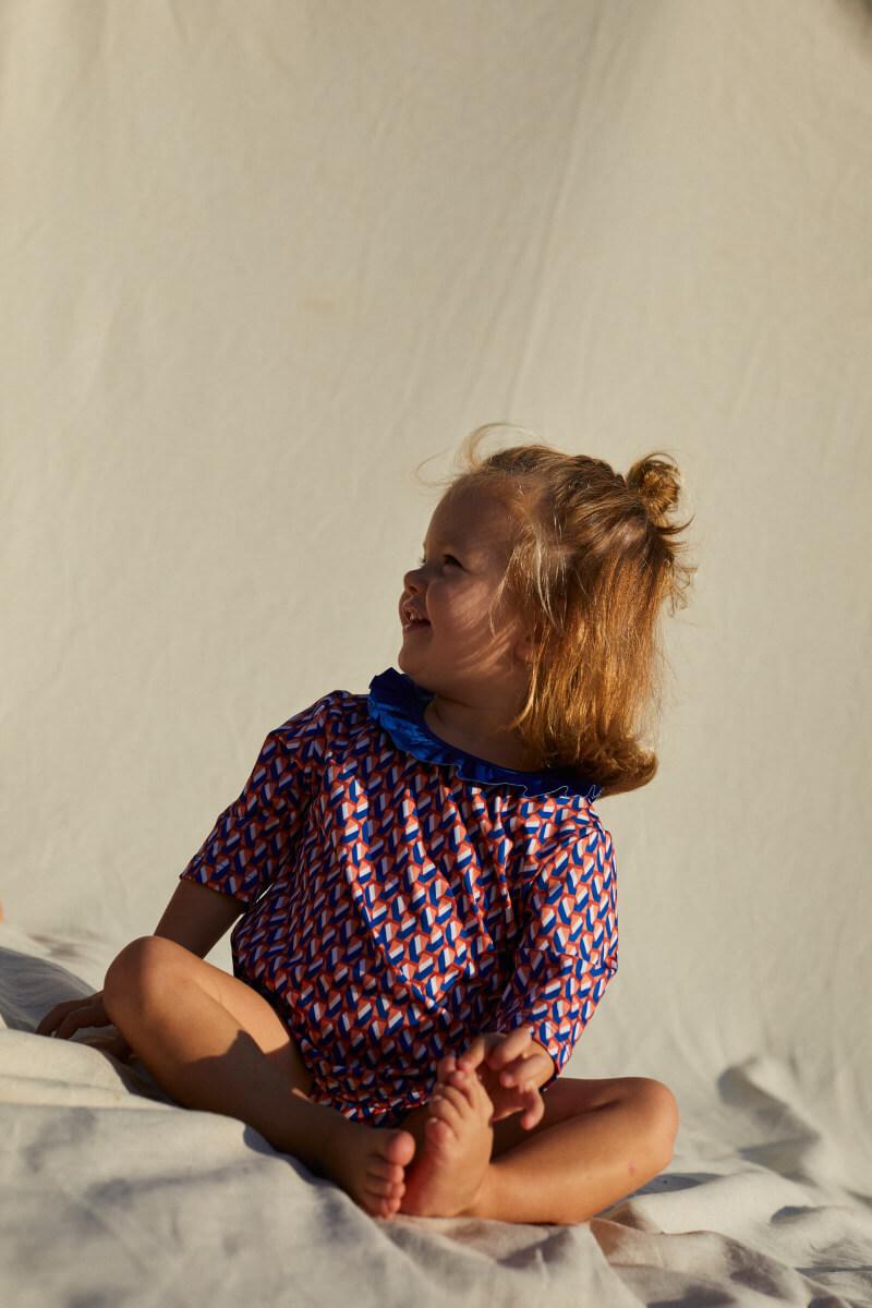 Petite fille portant un Top Anti-UV Lucy in the Sky