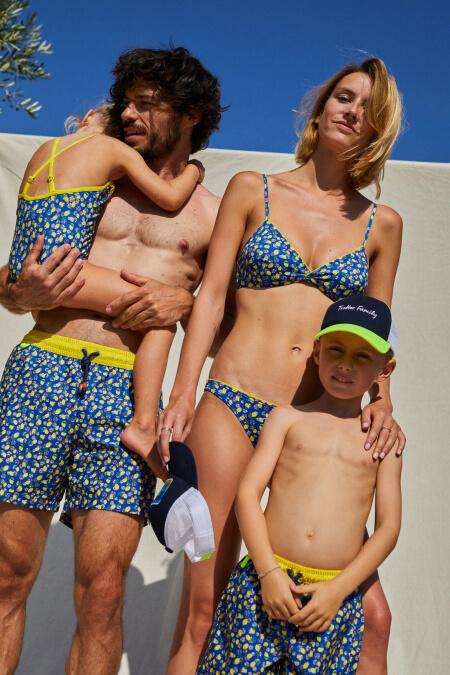 Femme portant un maillot de bain deux-pièces Lemonade