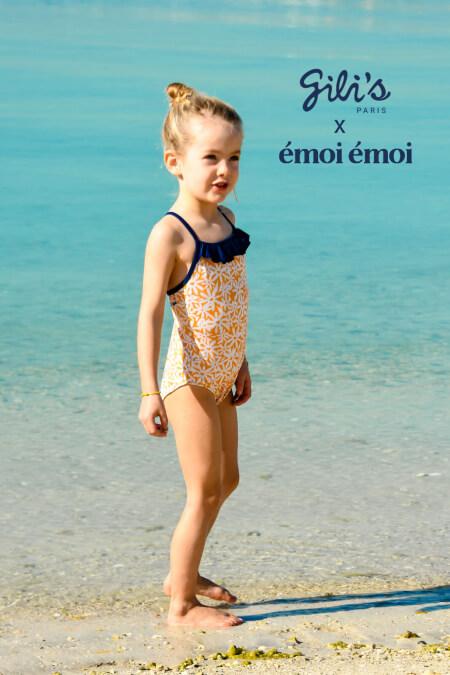 Petite fille portant un maillot de bain une-pièce Java Pâquerettes GILI'S x EMOI EMOI