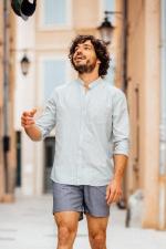 homme portant une chemise col mao rayé kaki 2